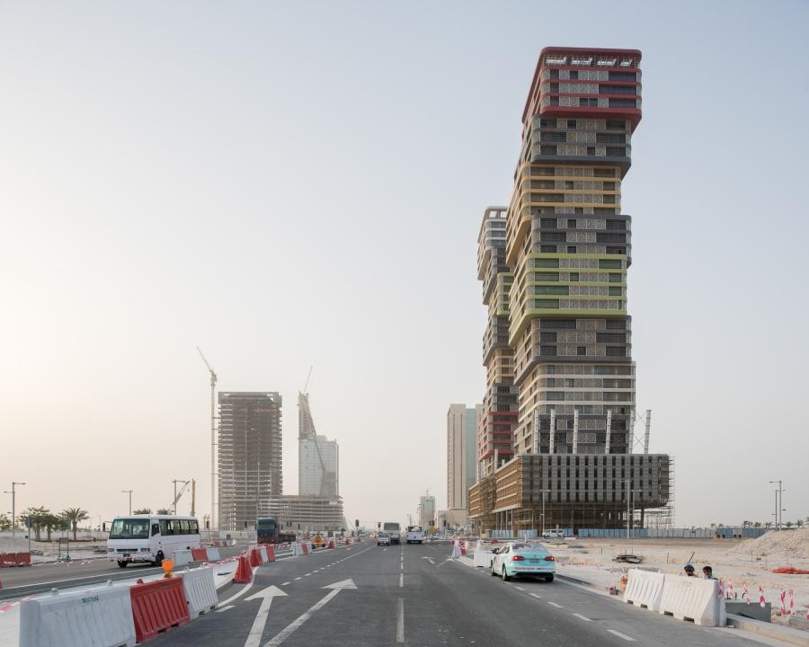 Doha, Qatar, 2015. Lusail City, ville nouvelle en construction ai nord de Doha, prévue pour accueillir certaines infrastructures de la coupe du monde de football ainsi que de nombreux qaurtiers résidentiels, centre commerciaux etc.. Cette ville nouvelle est située sur la côte dans la partie nord de la subdivision de Umm Salal, à environ 15 kilomètres au nord du centre ville de Doha, juste au nord du Lagon de la Baie Ouest. On y trouve notamment un circuit de Grand Prix moto. Lorsqu'elle sera terminée, la ville nouvelle devrait compter environ 200 000 habitants sur 35 km2. La ville accueillera le match d'ouverture et la finale de la Coupe du monde de football en 2022.