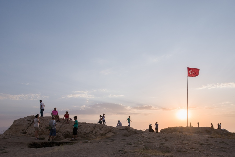 Ruines médiévales du site de Van Kalesi, Van, Turquie, 2014. Van (en turc : Van ; en arménien : Վան ; en kurde : Wan) est une ville de Turquie orientale située sur la rive orientale du lac de Van. Préfecture de la province du même nom, elle compte 284 464 habitants en 20001. Même si aucun chiffre officiel n'est fourni, il semble certain que la population de la ville est majoritairement kurde. Avant le génocide de 1915, elle était peuplée majoritairement d'Arméniens.